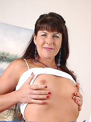 Tight bodied milf peels off..